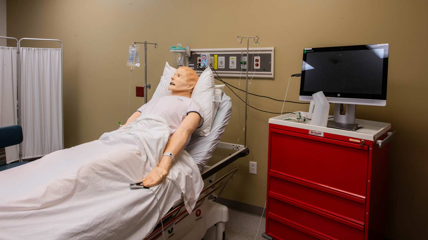 Simulation lab with a medical dummy on a patient's bed