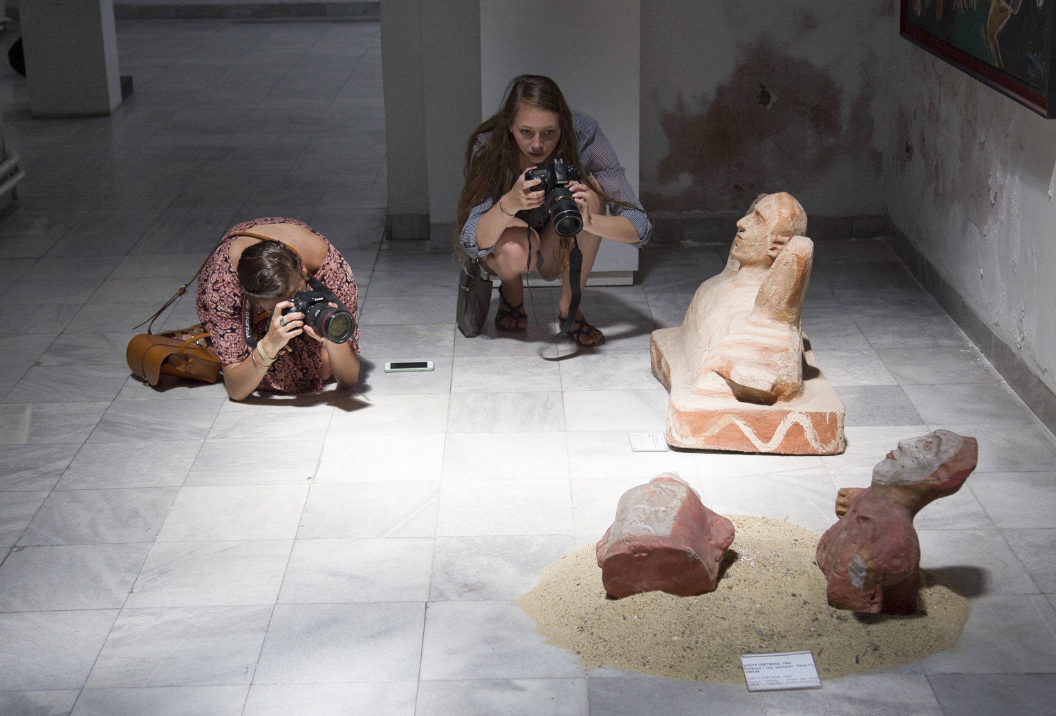 Students take pictures of artefacts