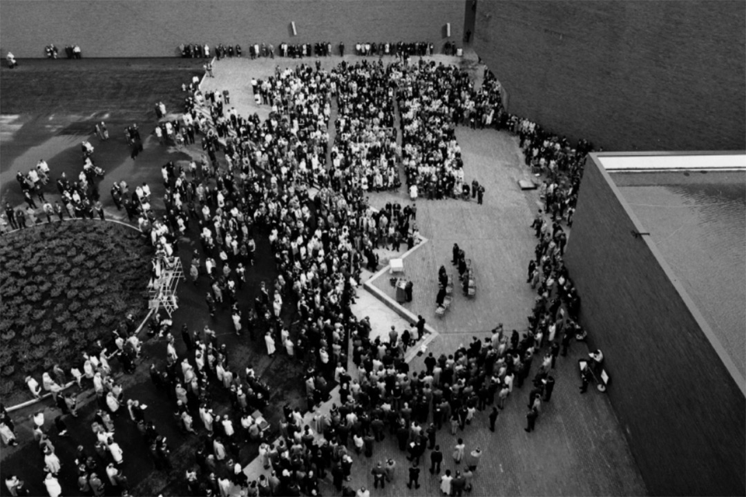 An black and white aerial view of the crowd that gathered for the original campus dedication ceremony.