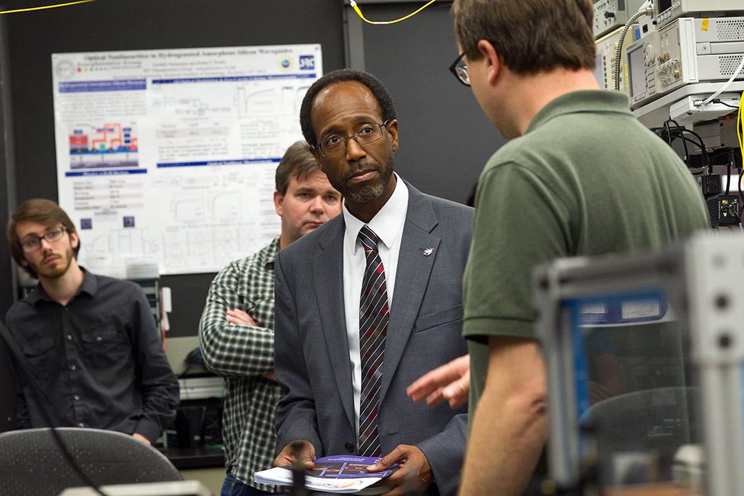 'Men tour Center for Detectors.'